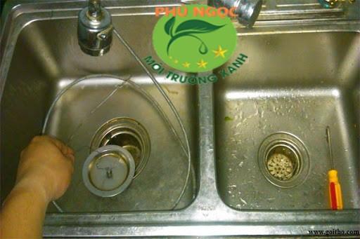 Cặn bã khi rửa chén xuống ống cống