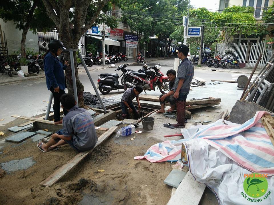 Hình ảnh công nhân đang tiến hành nạo vét bùn phát sinh từ hố ga