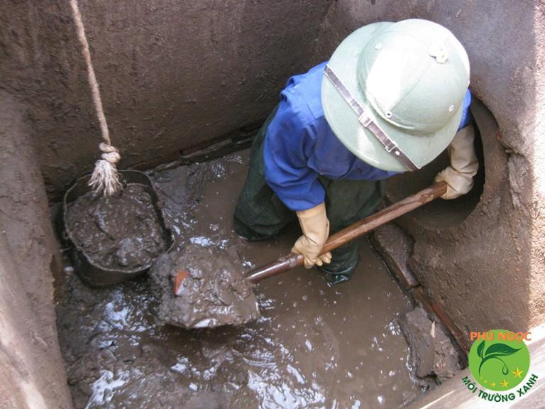 Nạo vét hầm ga bị đầy do bùn lầy và chất thải lắng đọng