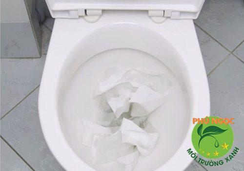 Vứt rác xuống bồn cầu là một trong nhuengx nguyên nhân gây nghẹt cống