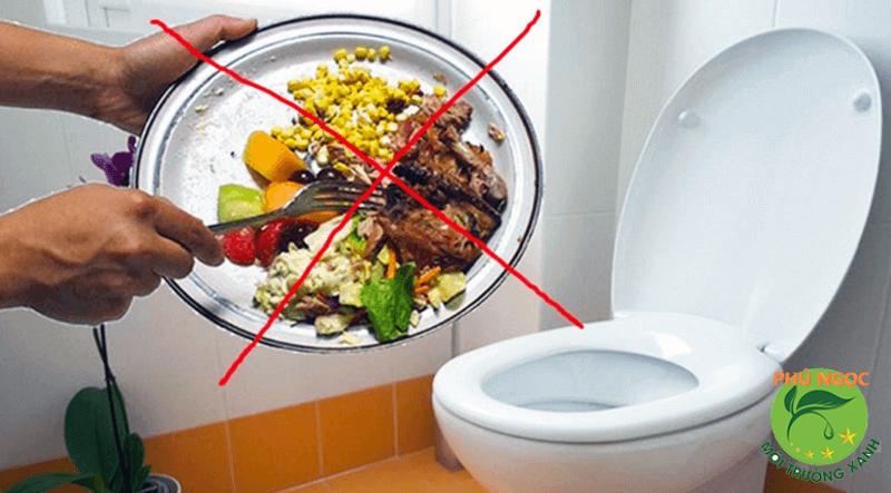 Đổ thức ăn thừa xuống cống là một trong những nguyên nhân khiến chúng bị tắc nghẽn