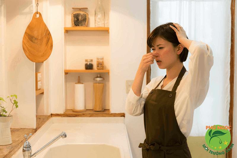 Tắc cống khiến bồn rửa bốc mùi hôi khó chịu