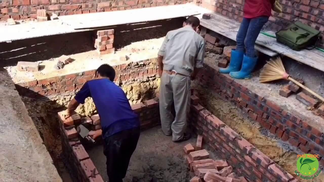 Nhân viên xây dựng bể tự hoại chuyên nghiệp