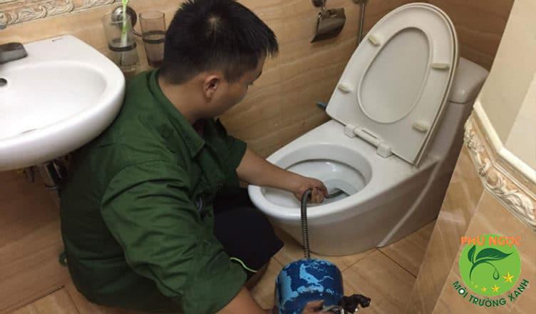 Nên sử dụng dịch vụ hút hầm cầu định kỳ để làm tăng tuổi thọ công trình vệ sinh