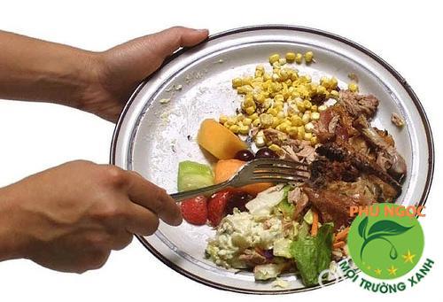 Không xả thải dầu mỡ, thức ăn thừa xuống bồn cầu