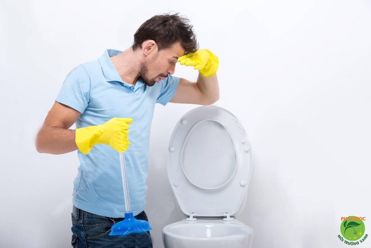 Chất thải không được xử lý ngay khi sử dụng bồn cầu gây nên những mùi hôi vô cùng khó chịu ảnh hưởng đến không khí môi trường xung quanh