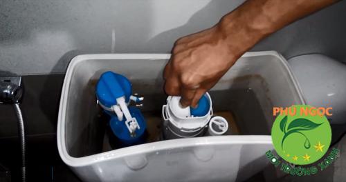 Sửa gioăng hỏng trong két nước
