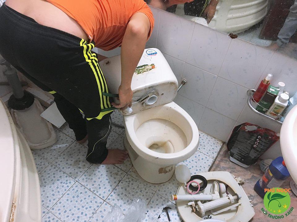 Dịch vụ sửa chữa bồn cầu của công ty Phú Ngọc