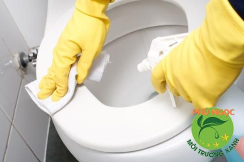 Việc lau chùi, cọ xát bồn cầu quá mạnh cũng sẽ có những ảnh hưởng nhất định đến bồn cầu