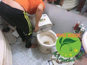 Hình ảnh nhân viên tại Phú Ngọc đang sửa chữa bồn cầu cho khách