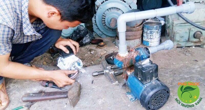 Máy bơm nước bị nóng bất thường là một trong những dấu hiệu dẫn đến tình trạng hỏng hóc