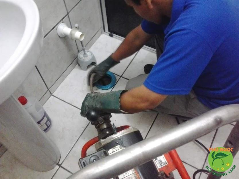 Thông cống nghẹt bằng máy lò xo chuyên nghiệp