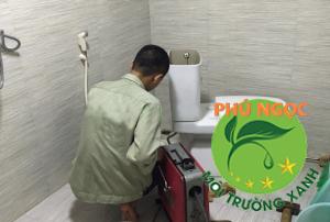 Hình ảnh một nhân viên của Phú NGọc đang sửa bồn cầu co khách hàng